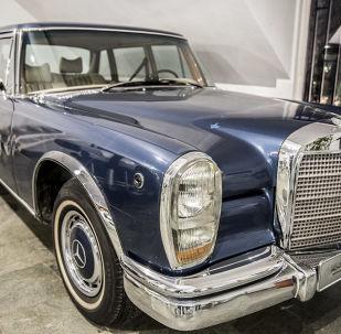 سيارة مرسيدس بنز 600 لآخر شاه إيراني، محمد رضا بهلوي، في متحف السيارات الملكية على أراضي مقر إقامة الشاه السابق في قصر سعد آباد في إيران.