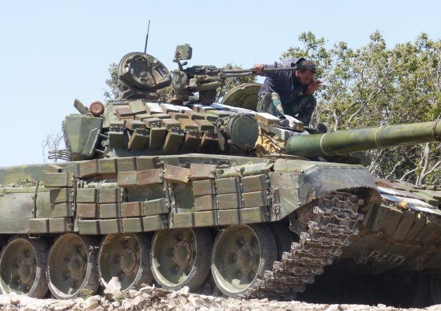 الجيش السوري يدفع بتعزيزات نارية ملائمة معارك الجبال بريف اللاذقية