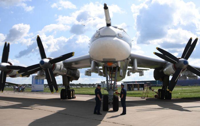 """حاملة الصواريخ الاستراتيجية """"تو-95"""" تخترق الدفاع الجوي…فيديو"""