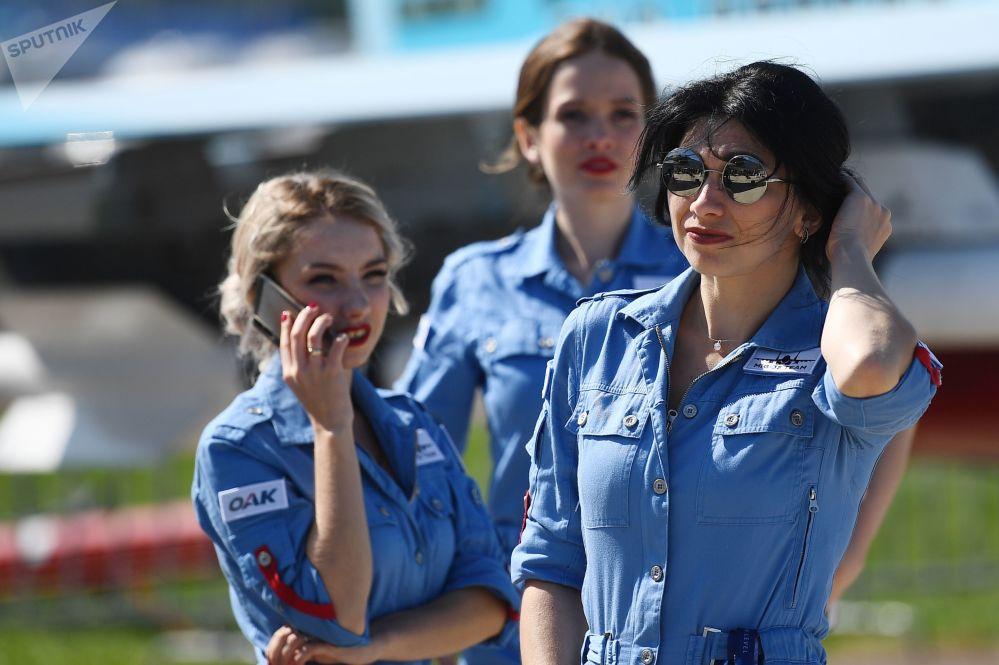 فتيات المعرض في المعرض الدولي ماكس 2019 في مطار جوكوفسكي