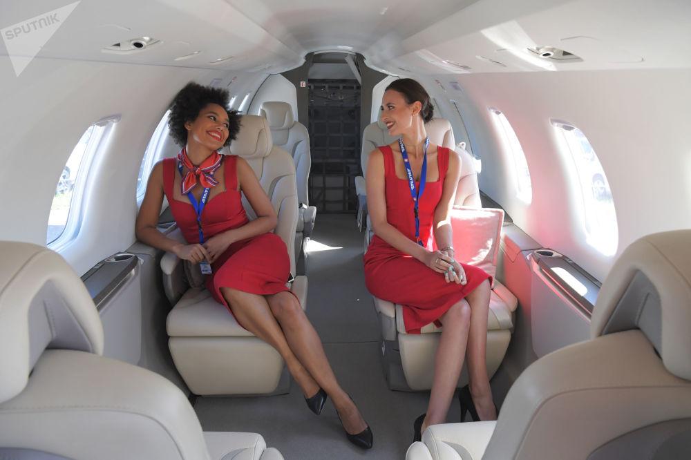 فتيات المعرض داخل طائرة بيزنيس-جيت بيلاتوس بي إس-24 من سويسرا في المعرض الدولي ماكس 2019 في مطار جوكوفسكي