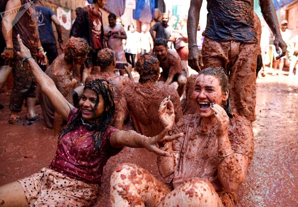 المشاركون في المهرجان السنوي لا توماتينا (مهرجن البندورة) في مدينة بونيول، مقاطعة فالنسيا، إسبانيا