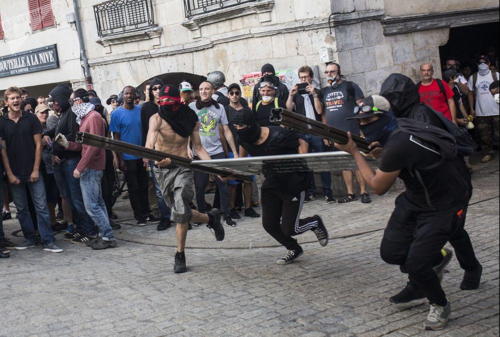 مشاركون في مظاهرة احتجاجا ضد قمة مجموعة السبع في فرنسا