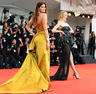 عارضة الأزياء البرازيلية إيزابيل فونتانا تصل السجادة الحمراء لحفل افتتاح النسخة الـ76 من مهرجان البندقية السينمائي الدولي