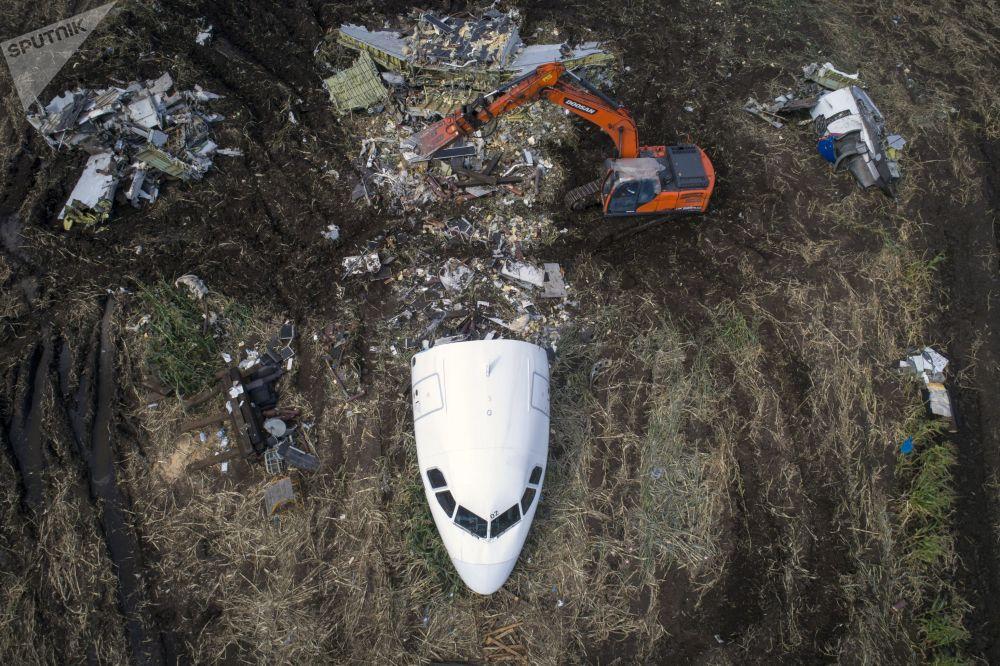 إزالة طائرة A321 من قبل طاقم الإنقاذ والطوارئ من موقع هبوطها الاضطراري في حقل للذرة في قرية ريباكي  الروسية