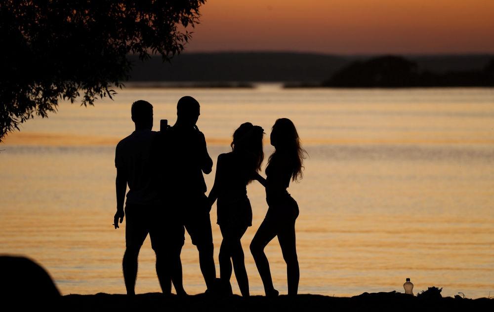 يستمتع الناس بغروب الشمس في بحيرة على مشارف مينسك، بيلاروسيا 27 أغسطس 2019.