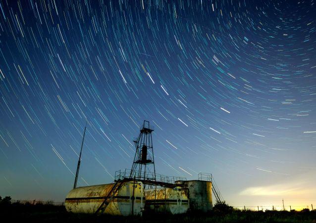 السماء المرصعة بالنجوم التي شوهدت في إقليم كراسنودار الروسي أثناء أمطار من النيازك