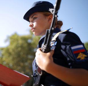 طالبة معهد كراسنودار للدراسات العليا للطيران العسكري (باسم بطل الاتحاد السوفياتي أ.ك. سيروف) خلال مراسم أداء القسم