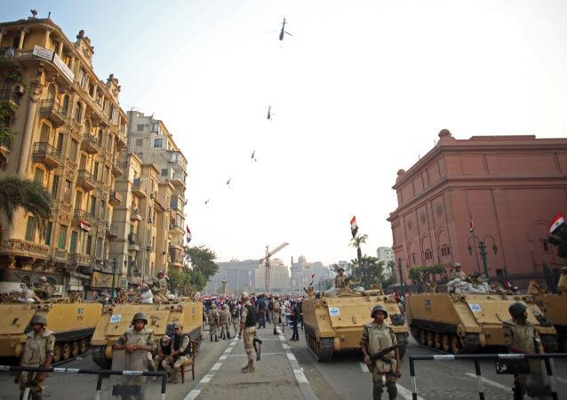 جنود الجيش المصري عند مدخل ميدان التحرير أثناء الاحتفال بذكرى 6 أكتوبر (2013)