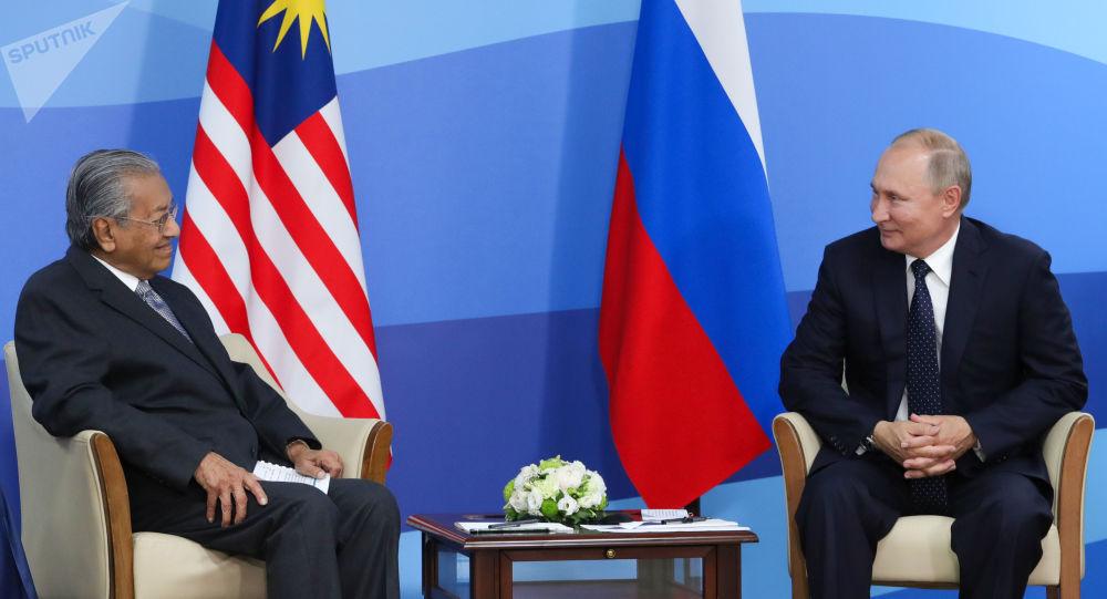 الرئيس الروسي فلاديمير بوتين ورئيس الوزراء الماليزي مهاتير محمد
