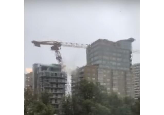 سقوط رافعة بناء عملاقة