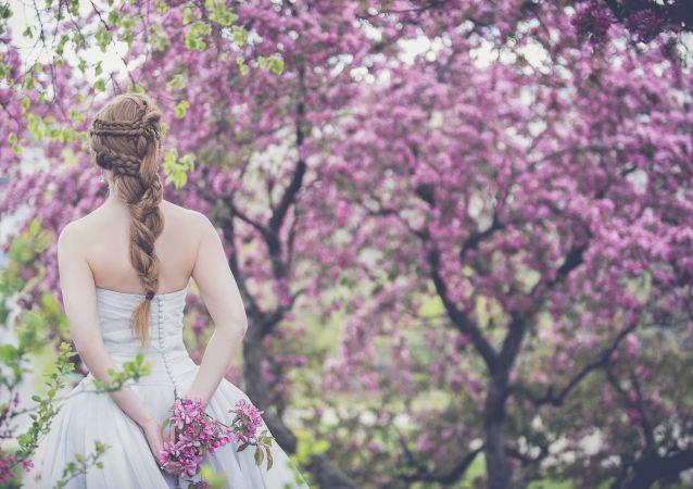 إمرأة بثوب زفاف