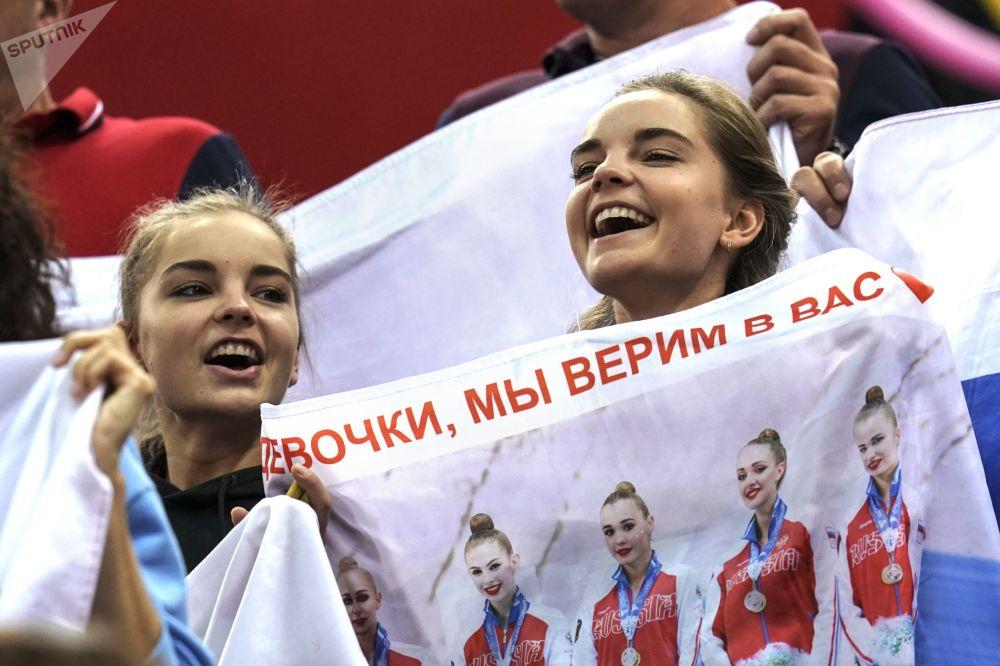 الروسيتان دينا وأرينا أفيرينا في بطولة العالم للجمباز الإيقاعي بين السيدات في باكو، أذربيجان