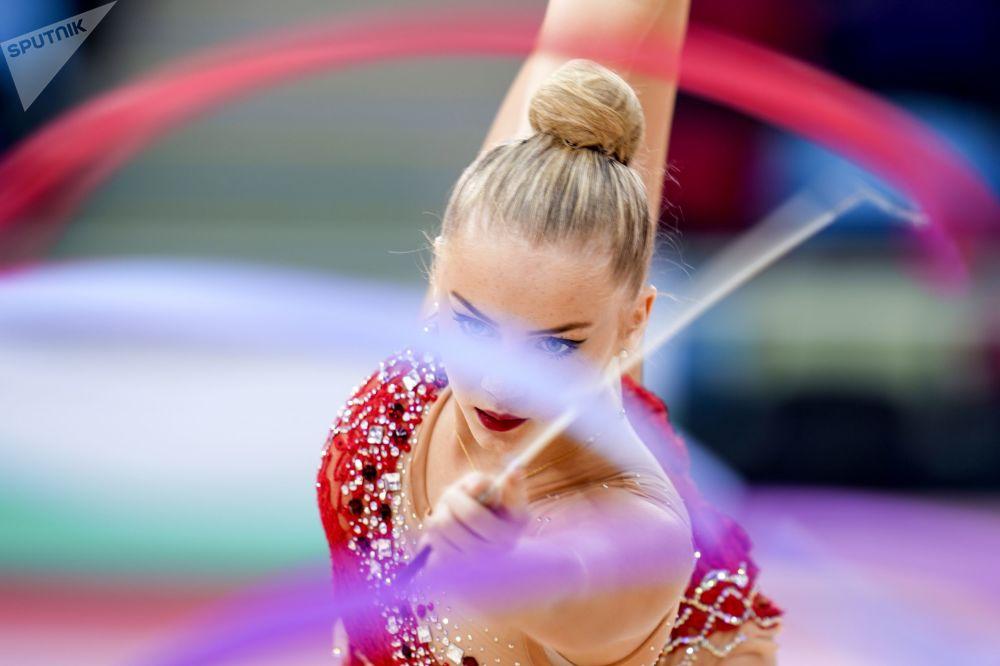 الدنماركية إيميلي كريستينسن في بطولة العالم للجمباز الإيقاعي بين السيدات في باكو، أذربيجان