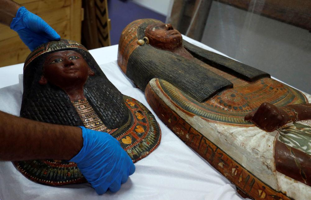علماء الآثار يتفقدون تابوتي مومياء سنجاج وزوجته، اللذان يعودات إلى عصر الفرعون سيتي الأول ورمسيس الثاني للأسرة 19 (القرن 13-12 ق.م.)، في المتحف القومي للحضارة المصرية، 21 سبتمبر/ أيلول 2019