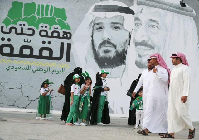 جدارية للملك سلمان بن عبد العزيز وولي العهد السعودي محمد بن سلمان في الرياض احتفالا باليوم الوطني للبلاد