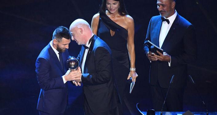 ميسي يتسلم جائزة أفضل لاعب في العالم