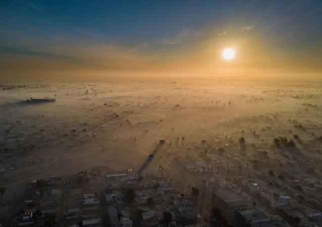 صورة بعنوان السنة الجديدة الملوثة، للمصور إليود جيل سامانيغو، الذي فاز في فئة جائزة المدن المستدامة لعام 2019، في مسابقة المصور البيئي لعام 2019