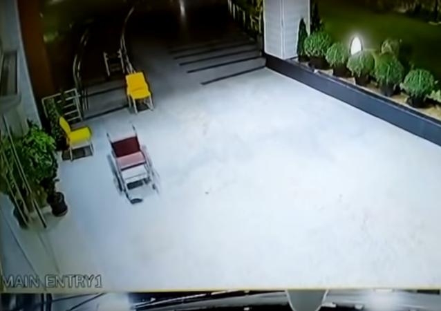 كرسي متحرك يتحرك لوحده