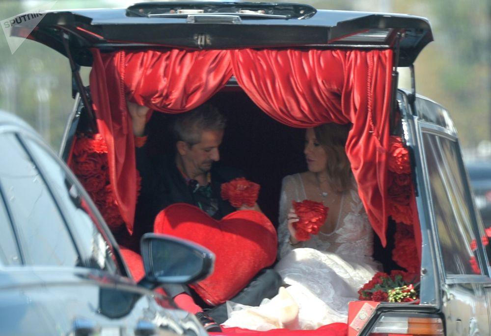 المخرج الروسي كونستانتين بوغومولوف ومقدمة البرامج التلفزيونية كسينيا سوبتشياك سيارة بعد الزفاق في موسكو