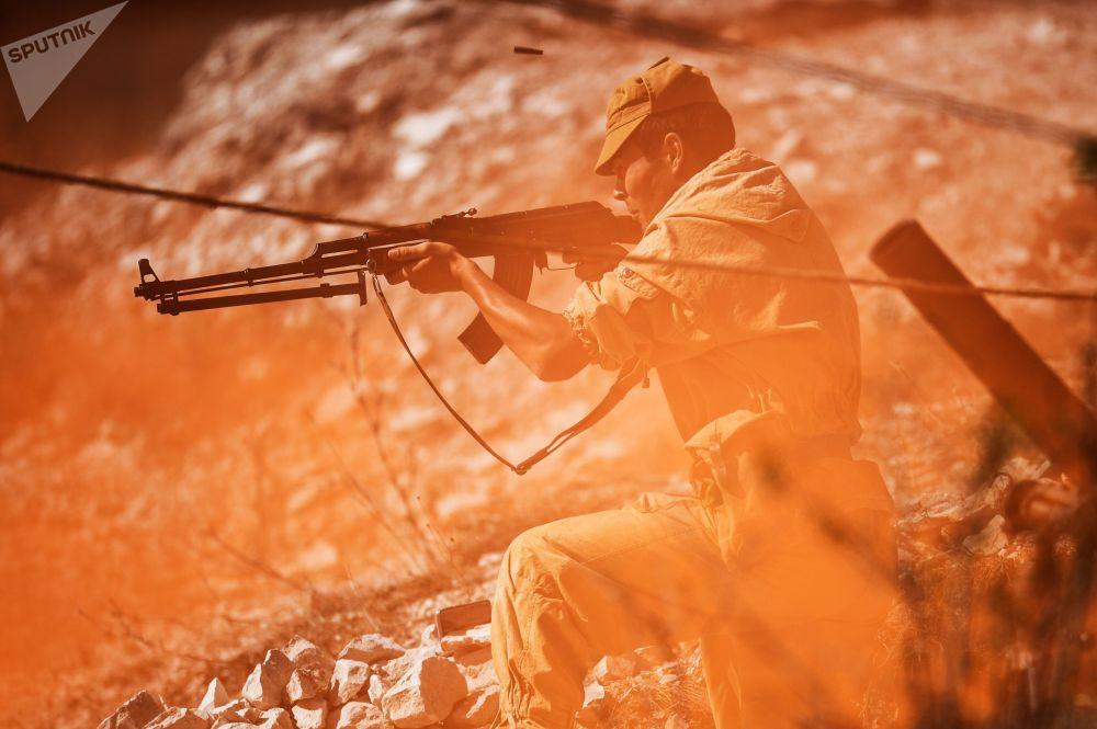 إعادة محاكاة أحداث الحرب الأفغانية (1979-1989) كجزء من المهرجان التاريخي العسكري السادس لشبه جزيرة القرم في تلال فيديوخيني