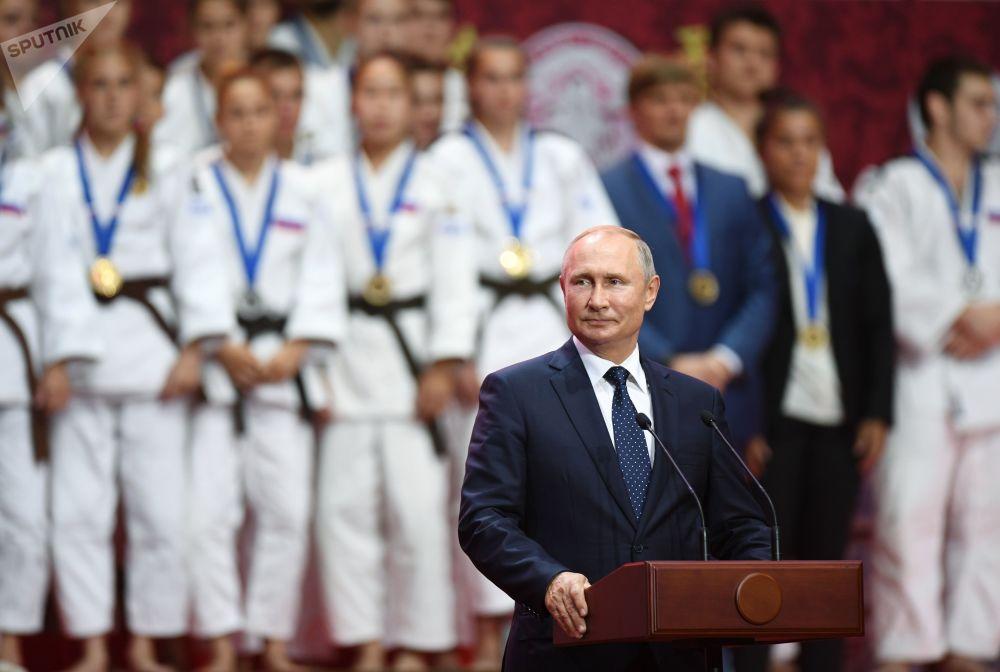 الرئيس فلاديمير بوتين يشارك في مراسم توزيع جوائز بطولة العالم للجودو لليافعين (18 عاما) في إطار المنتدى الاقتصادي الخامس في فلاديفوستوك
