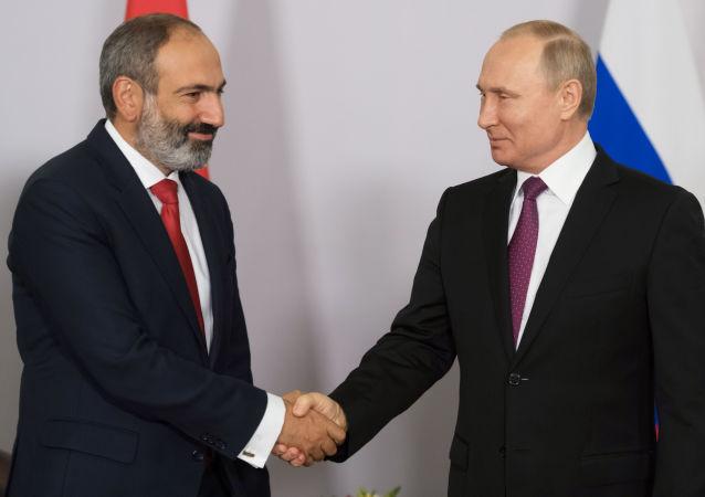 الرئيس الروسي فلاديمير بوتين ورئيس الوزراء الأرميني نيقول باشنيان