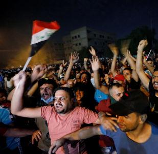 المتظاهرون يحتشدون في بغداد أثناء حظر التجول، بعد يومين من تحول الاحتجاجات المناهضة للحكومة على مستوى البلاد إلى أعمال عنف، 3 أكتوبر/تشرين الأول 2019