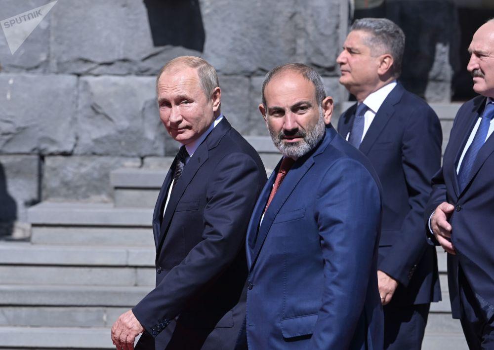 الرئيس الروسي فلاديمير بوتين ورئيس وزراء أرمينيا نيكول باشينيان، ورئيس المجلس الاقتصادي الأوراسي الأعلى تيغران ساركيسيان في يريفان، أرمينيا