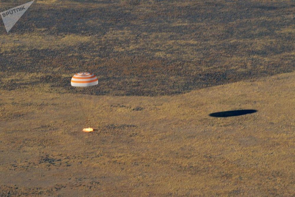 عودة كبسولة مركبة الفضاء سبويوز إم إس-12 وعلى متنها رواد الفضاء، من بينهم الإماراتي هزاع المنصوري
