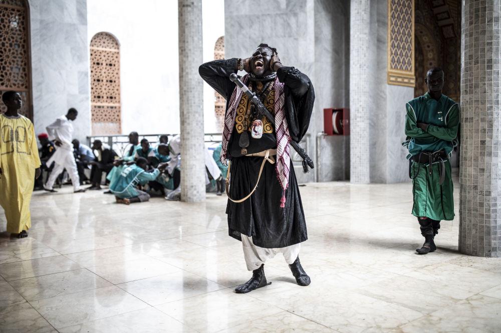 أحد تلاميذ باي فول يهتف بعد دخول مسجد توبا الكبير في 27 سبتمبر 2019 في داكار، قبل افتتاحه. - تفتتح الجماعة السنغالية الإخاون المريديون (جماعة صوفية على الطريقة المريدية السنغالي) ذات نفوذ كبيرة، مسجدًا يتسع لنحو 30،000 شخص في العاصمة داكار، ويُقال إنه الأكبر في غرب إفريقيا.