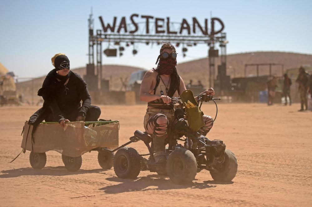 نساء على مركبات النقل 1ات الدفع الرباعي خلال عطلة نهاية الأسبوع في صحراء موهافي في إدواردز، كاليفورنيا، الولايات المتحدة 28 سبتمبر 2019