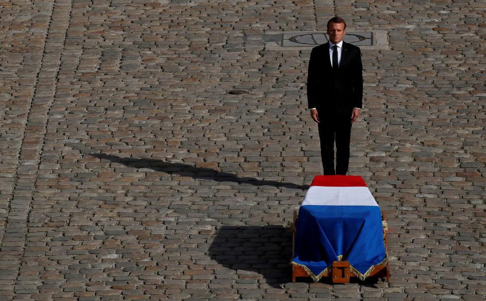 الرئيس الفرنسي إيمانويل ماكرون يقف أمام كفن الرئيس الفرنسي الأسبق جاك شيراك، في إطار مراسم الوداع الأخيرة في باريس، 30 سبتمبر 2019