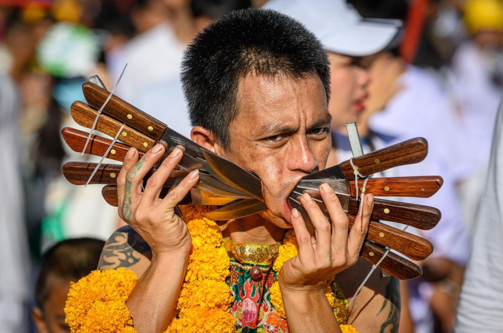 أحد المشاركين في مهرجان النباتيين في تايلاند، 3 أكتوبر 2019