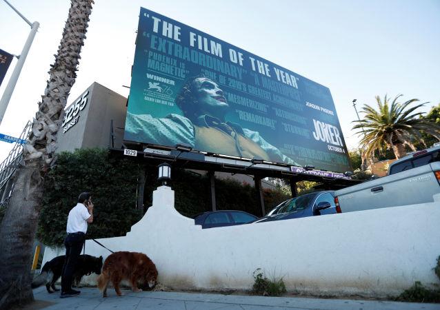 لوحة إعلانية تحمل ملصق فيلم الجوكر في مدينة لوس أنجلوس الأمريكية