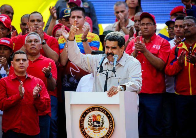 الرئيس الفنزويلي نيكولاس مادورو يخطب في حشد مؤيد له في كاراكاس