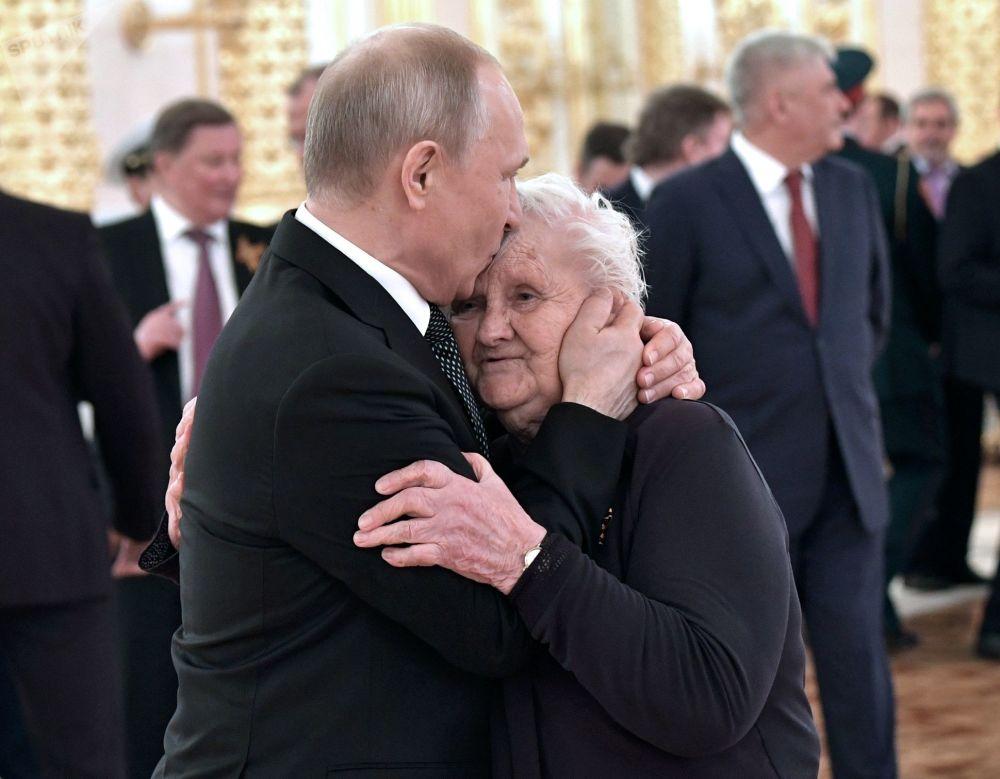 9 مايو 2019. الرئيس الروسي فلاديمير بوتين ومعلم الفصل للرئيس الروسي فلاديمير بوتين ، فيرا جوريفيتش ، في حفل استقبال للاحتفال بالذكرى 74 على النصر في الحرب الوطنية العظمى 1941-1945.
