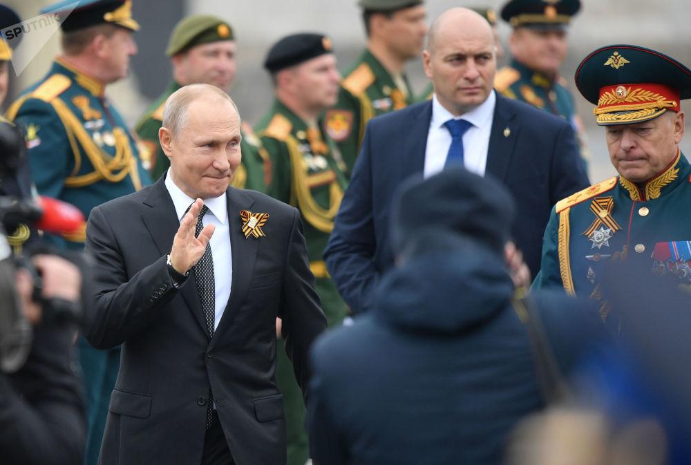 الرئيس فلاديمير بوتين يلتقي مع قدامى الحرب، بعد العرض العسكري بمناسبة مرور الذكرى الـ74 لعيد النصر على ألمانيا النازية في الحرب الوطنية العظمى (1941-1945)