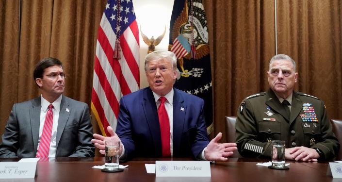 الرئيس الأمريكي دونالد ترامب مع وزير الدفاع مارك إسبير ورئيس أركان الجيش مارك ميلي