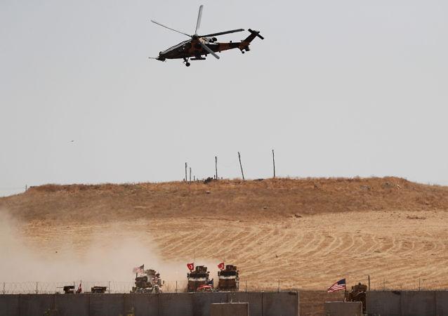 عودة القوات التركية والأميركية من دورية مشتركة بين الولايات المتحدة وتركيا في شمال سوريا ، كما تظهر في الصورة بالقرب من بلدة أكاكالي التركية 8 أكتوبر 2019