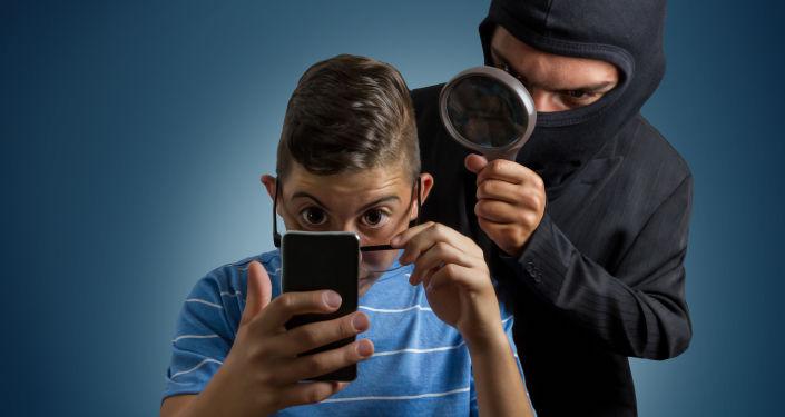 جاسوس يراقب هاتف مراهق