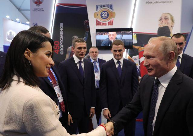 تلقى الرئيس الروسي فلاديمير بوتين، هدية كانت عبارة عن قفاز ملاكمة من الألماس، خلال زيارة قام بها لمعرض الرياضة الحديثة.
