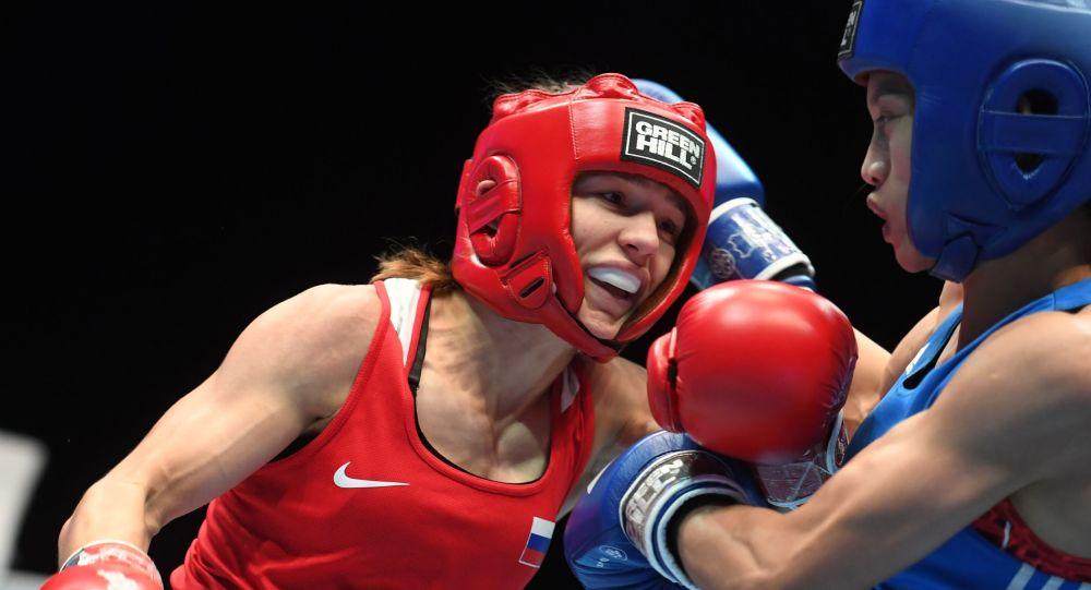 من اليسار إلى اليمين: الملاكمة الروسية ليليا أيتبايفا ضد الملاكمة الفيتنامية تخي تام نغوين