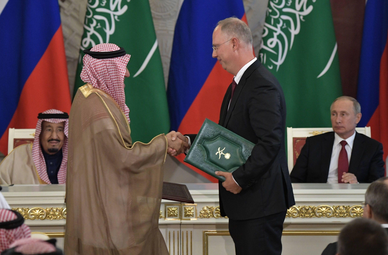 5 أكتوبر ، 2017.  الرئيس الروسي فلاديمير بوتين والملك سلمان بن عبد العزيز آل سعود بعد المحادثات الروسية السعودية.