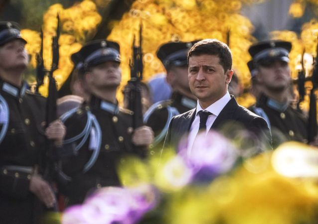 رئيس أوكرانيا فلاديمير زيلينسكي خلال مراسم وضع أكاليل الزهور أمام نصب الحرية في ريغا، لاتفيا 16 أكتوبر 2019
