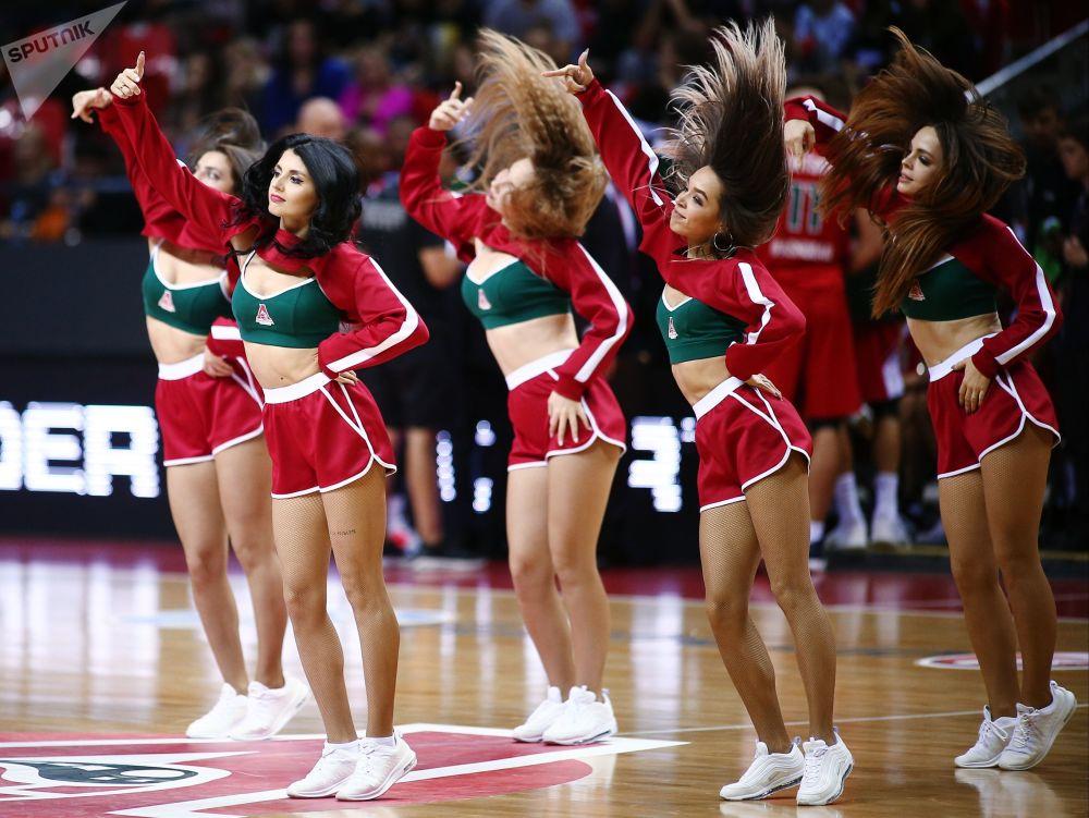 فتيات من فرقة التشجيع لفريق بي كا لوكوموتيف-كوان (كراسنودار، روسيا) وفريق بي كا ليموج (ليموج، فرنسا) في مباراة من مرحلة المجموعة من بطولة كأس الاتحاد الأوروبي لكرة السلة