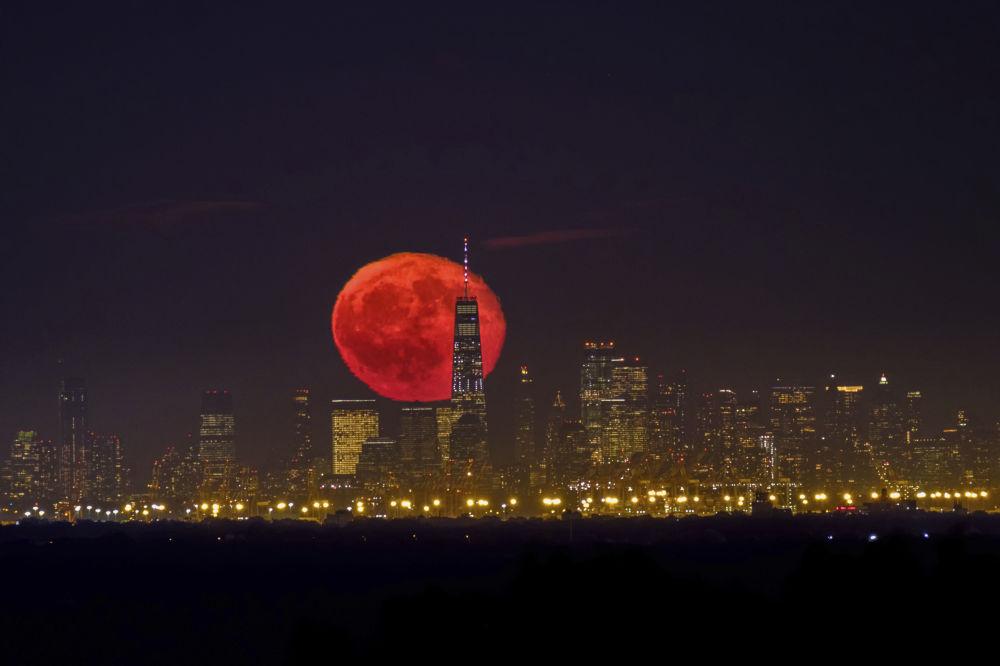 طلوع القمر فوق ناطحات السحاب في نيويورك، الولايات المتحدة 15 أكتوبر 2019