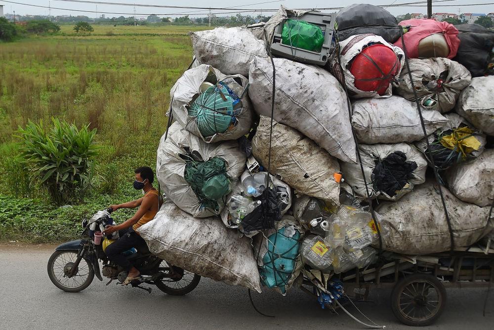 يقوم جامع النفايات بنقل الخردة البلاستيكية لإعادة التدوير في ضواحي هانوي، فيتنام 15 أكتوبر 2019
