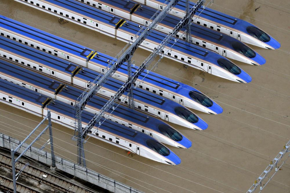 محطة القطار مع القطارات في ناغانو، اليابان، غمرتها مياه إعصار هاغيبيس، اليابان 13 أكتوبر 2019