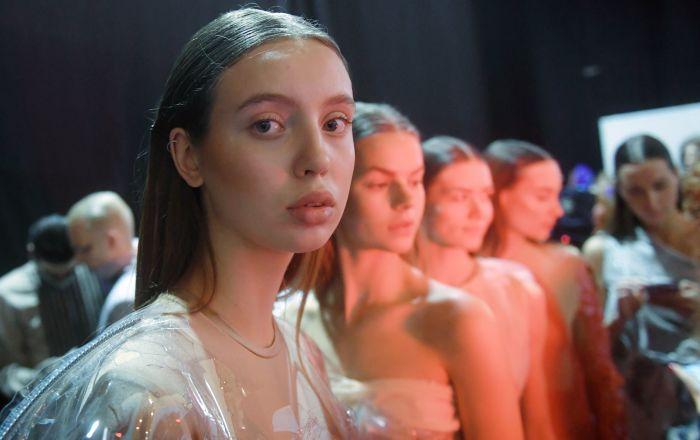 """عارضة أزياء روسية تنشر صورتها داخل الحجر المنزلي دون مكياج و""""فوتوشوب"""""""